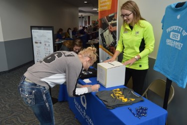 A student signing up for the ARCC drawing promoted by ARCC's academic advisor, Anna Smegal. Photo Credit: Maiya Fair